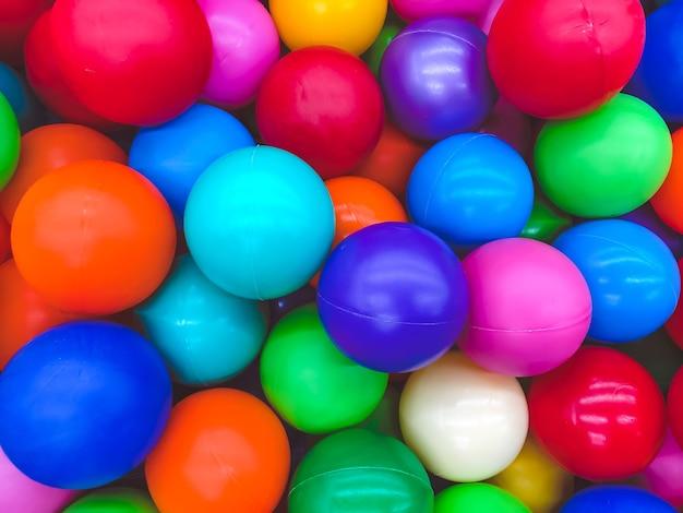 Jasne wielokolorowe piłki do basenu do zabaw dla dzieci.