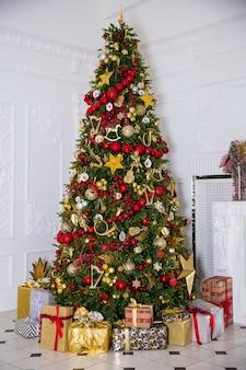 Jasne wnętrze pokoju z noworocznym drzewem zdobione i obecne pudełka