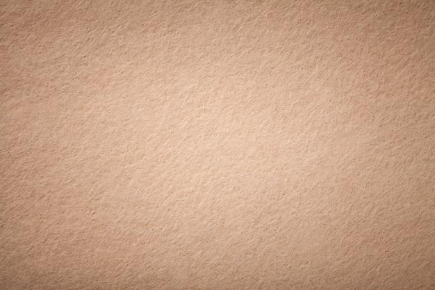 Jasnobrązowy matowy zamszowy zbliżenie tkaniny. aksamitna tekstura filcowy tło