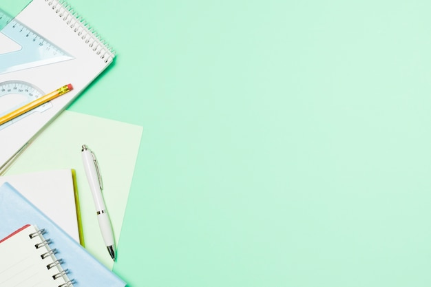 Jasnoniebieska rama z artykułami biurowymi