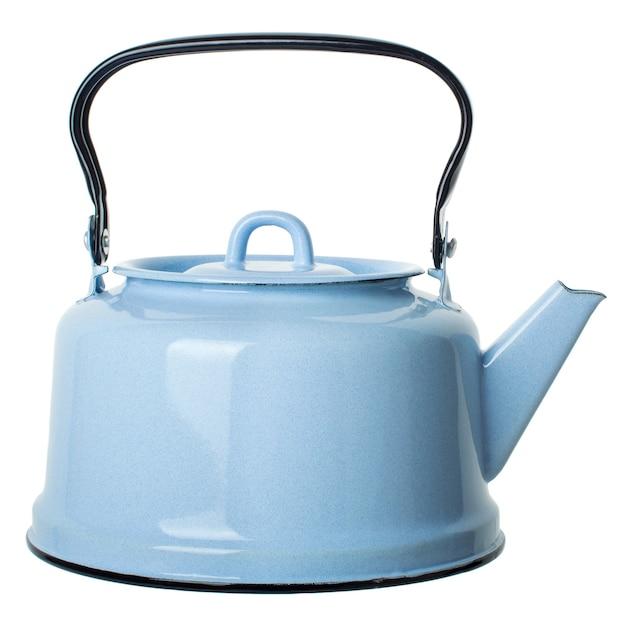 Jasnoniebieski emaliowany czajnik na białym tle