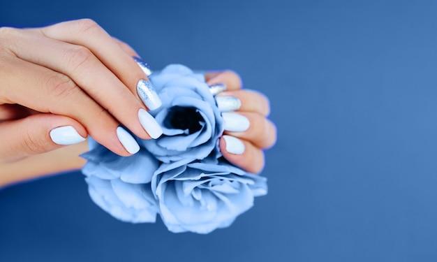 Jasnoniebieski manicure na niebieskim tle