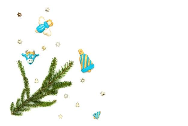 Jasnoniebieskie anioły z gałązką świerku na białym tle.