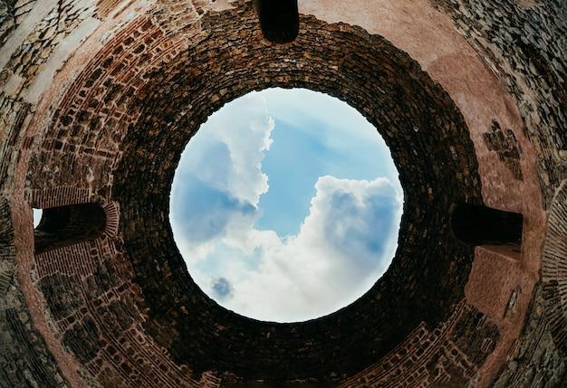 Jasnoniebieskie niebo i okrągły sufit hali w kopule mauzoleum dioklecjana w splicie w chorwacji.