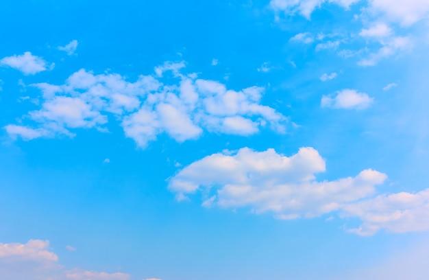 Jasnoniebieskie niebo z białymi chmurami - tło z dużą przestrzenią na własny tekst