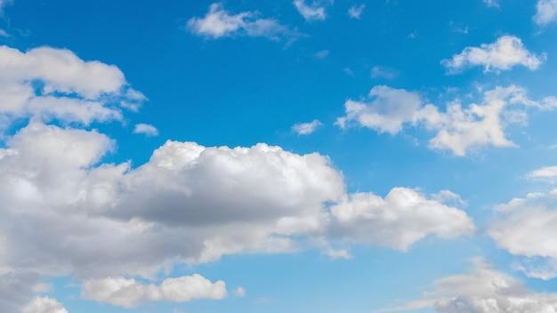 Jasnoniebieskie niebo z białymi kręconymi chmurami