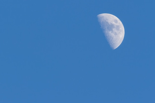 Jasnoniebieskie niebo z księżycem w lecie