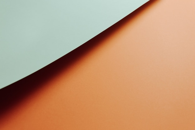 Jasnoniebiesko-pomarańczowe płaskie minimalne tło z cieniami i miejscem na kopię do wypełnienia wiadomością