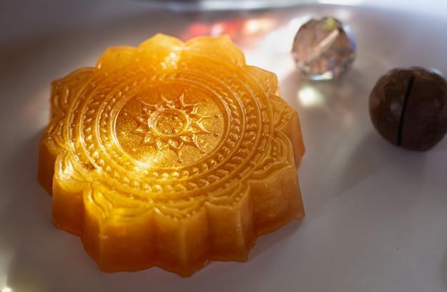 Jasnopomarańczowe ręcznie rzeźbione mydło do jogi