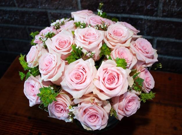 Jasnoróżowe róże w bukiecie na stole