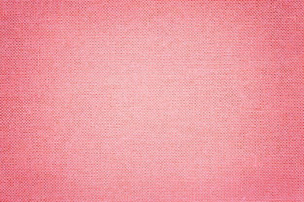 Jasnoróżowe tło z materiału tekstylnego z wiklinowym wzorem,