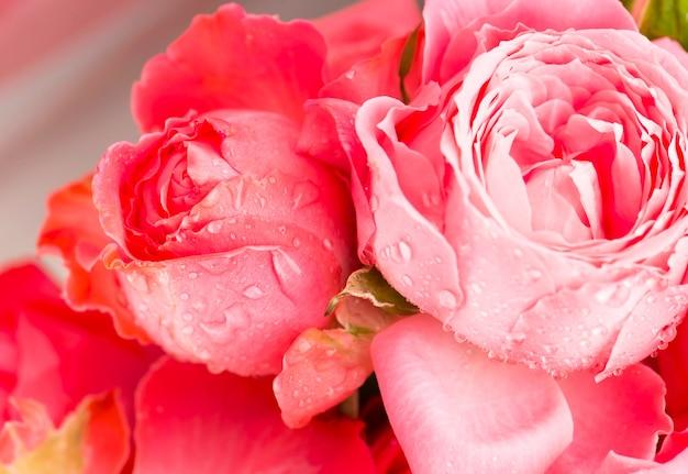 Jasnoróżowy bukiet kwiatów róży w tle.