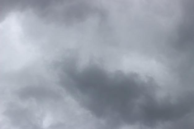 Jasnoszare chmury na niebie