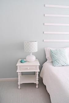 Jasnozielony stolik nocny i lampka do sypialni