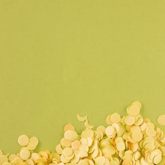 Jasnożółty confetti na zieleni