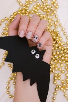 Jasny beż halloweenowy projekt paznokci.