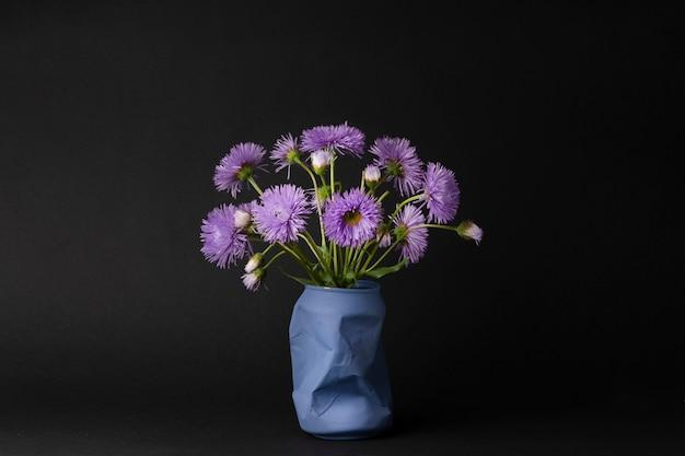 Jasny bukiet fioletowych stokrotek. prosta wiosenna i letnia historia, kontrastująca martwa natura, dekoracja wnętrza kuchni lub sypialni.