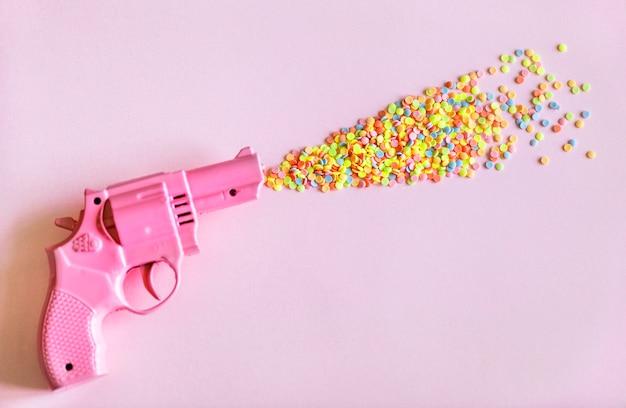 Jasny i kolorowy pistolet z plastikową zabawką