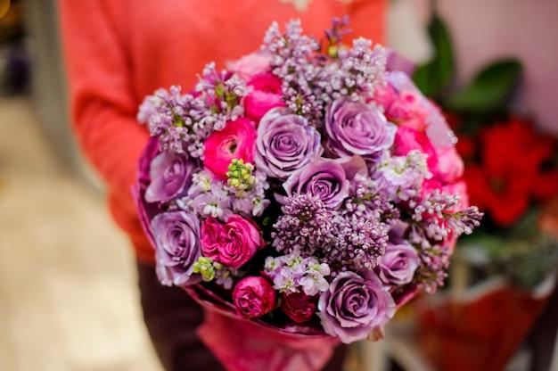 Jasny i ładny bukiet kolorowych kwiatów