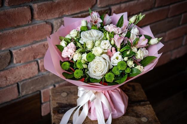 Jasny i wspaniały kwiatowy bukiet z uroczymi czerwonymi kwiatami na walentynki. zamknij zdjęcie