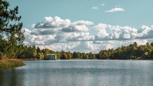 Jasny jesienny krajobraz z jeziorem i chmurami w parku. gatchina. rosja.