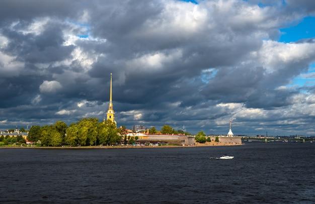 Jasny krajobraz nad rzeką newą w sankt petersburgu. rosja.