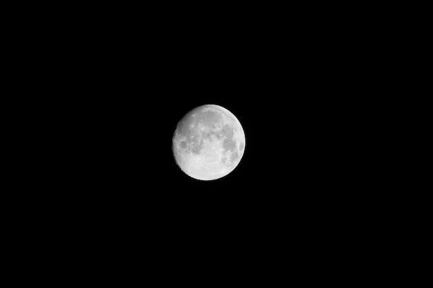 Jasny księżyc w pełni na nocnym niebie