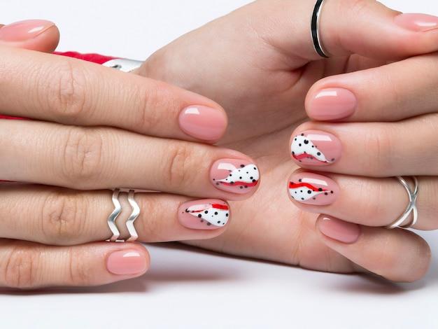 Jasny modny streszczenie manicure na rękach kobiet.