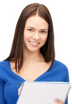 Jasny obraz atrakcyjnej kobiety z notatnikiem