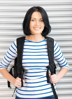 Jasny obraz atrakcyjnej kobiety z plecakiem..