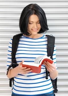 Jasny obraz atrakcyjnej kobiety z torbą i książką ..