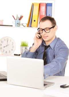 Jasny obraz biznesmena z laptopem w biurze