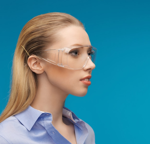 Jasny obraz bizneswoman w okularach ochronnych