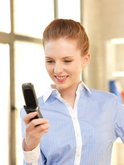 Jasny obraz bizneswoman z telefonem komórkowym