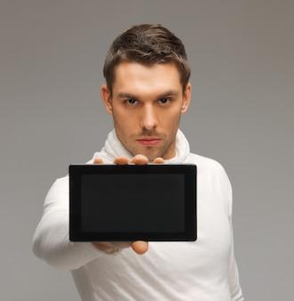 Jasny obraz futurystycznego mężczyzny z komputerem typu tablet