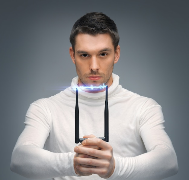 Jasny obraz futurystycznego mężczyzny z paralizatorem