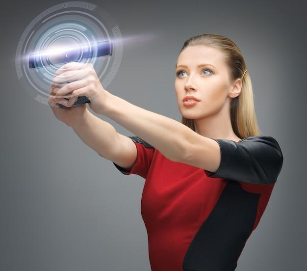 Jasny obraz futurystycznej kobiety z gadżetem
