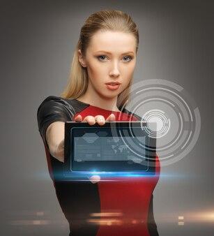 Jasny obraz futurystycznej kobiety z komputerem typu tablet