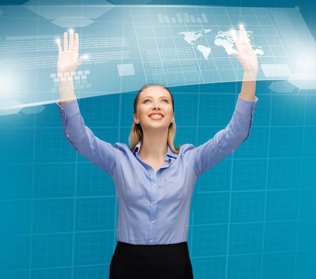 Jasny obraz kobiety pracującej na wirtualnych ekranach