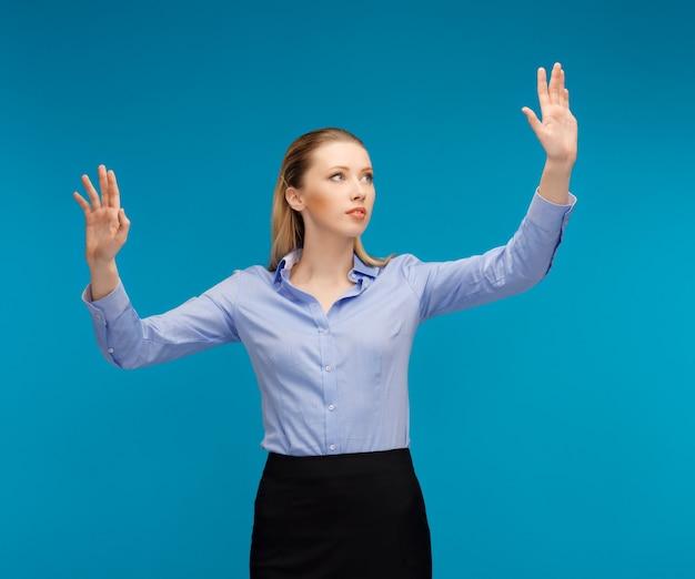 Jasny obraz kobiety pracującej z czymś wyimaginowanym