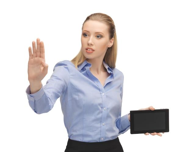 Jasny obraz kobiety pracującej z komputerem typu tablet