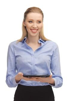 Jasny obraz kobiety z komputerem typu tablet