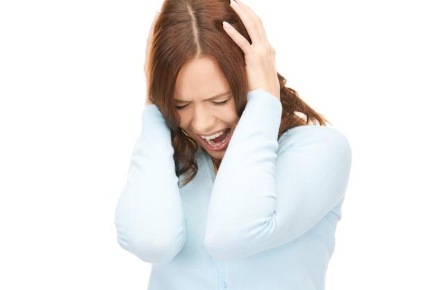 Jasny obraz krzyczącej kobiety nad białymi