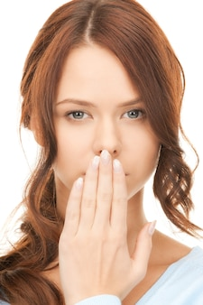 Jasny obraz ładnej kobiety z ręką na ustach
