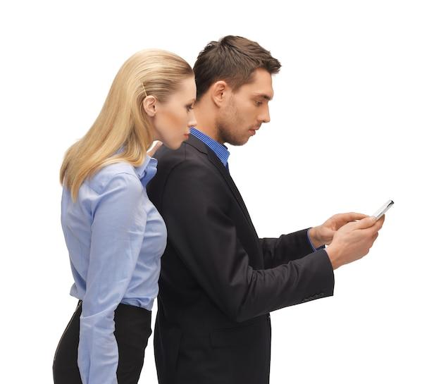 Jasny obraz mężczyzny i kobiety czytających sms