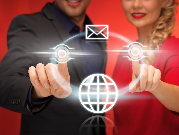 Jasny obraz mężczyzny i kobiety naciskających wirtualny przycisk
