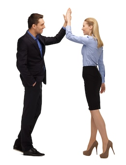 Jasny obraz mężczyzny i kobiety przybijających piątkę.