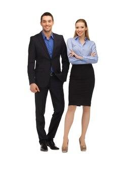 Jasny obraz mężczyzny i kobiety w formalnych ubraniach.