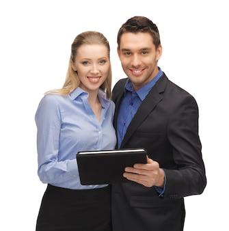 Jasny obraz mężczyzny i kobiety z komputera typu tablet.
