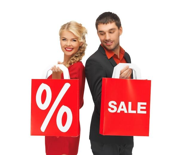 Jasny obraz mężczyzny i kobiety z torbą na zakupy